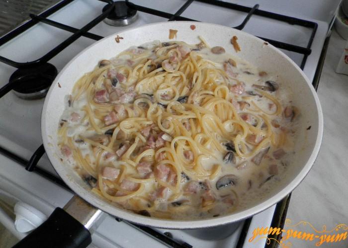заливаем ветчину и спагетти сливками