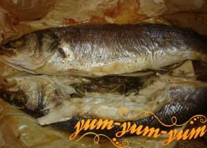 запекаем рыбу целиком в духовке до готовности