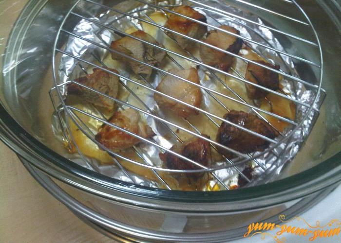 во время готовки поливаем мясо маринадом