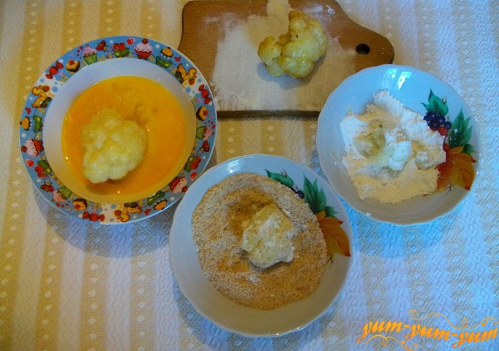 Цветную капусту смачиваем в яйце, сухарях и муке