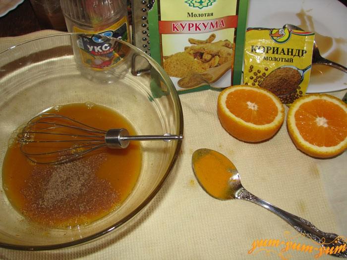 Добавляем в апельсиновый сок все ингредиенты