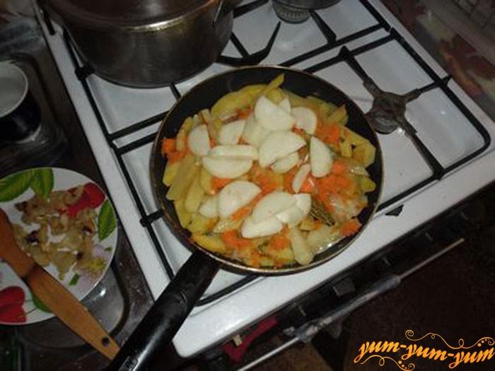 Добавляем в картошку лавровый лист, чеснок, перец и обильно солим
