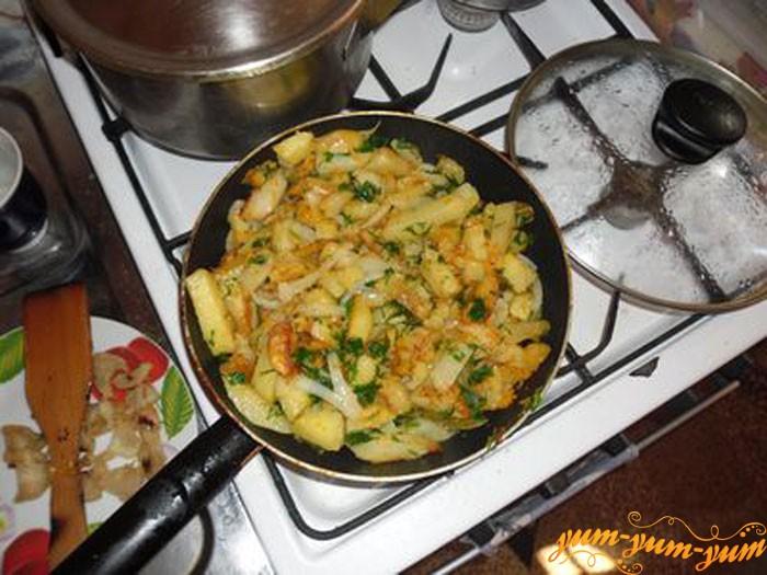 Добавляем в картошку укроп и петрушку
