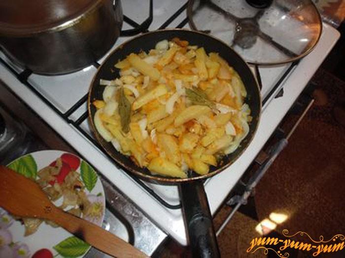Добавляем в картофель лук