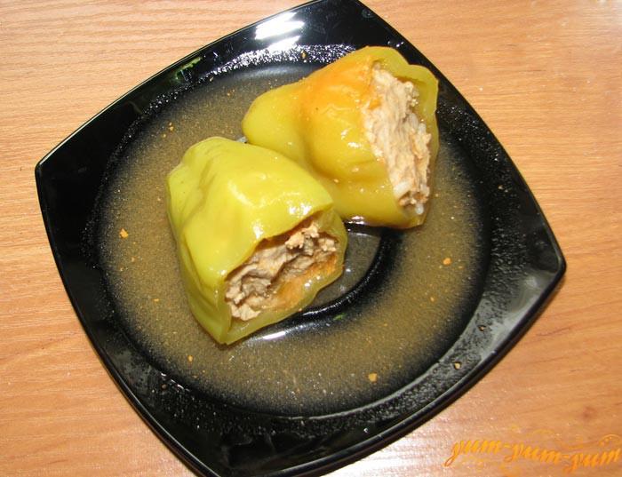 Фаршированный перец свининой и куриным филе подаем на стол
