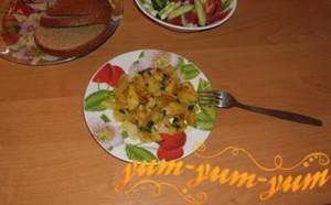 Готовая жареная картошка с луком