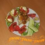 Готовая скумбрия отварная с томатами