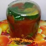 Готовые огурцы с помидорами в томатном соке