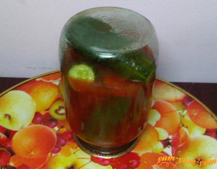 Огурцы в томатном соке закатываем и переворачиваем