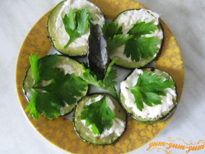 На кабачки намазываем соус и добавляем зелень