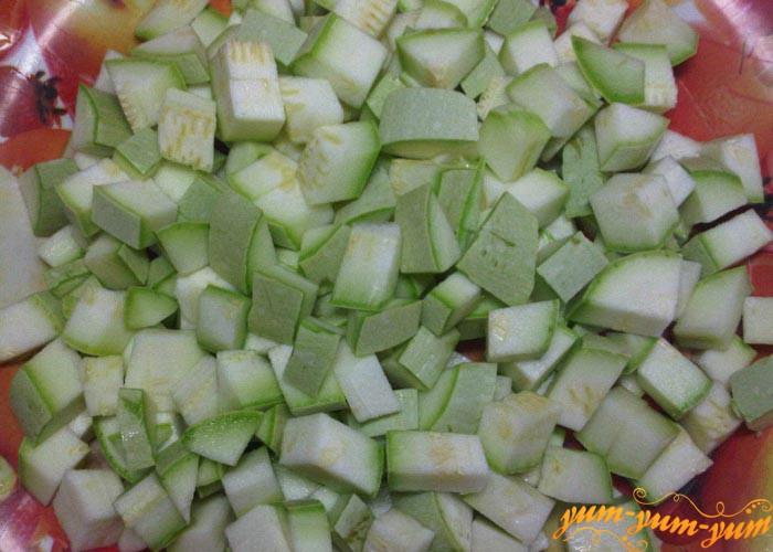 Кабачки, перец и помидоры режем мелкими кубиками