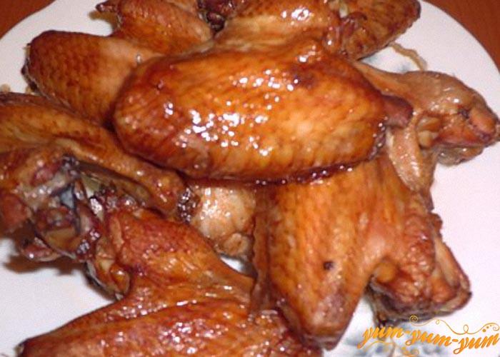 Копченые крылышки охлаждаем и подаем к столу