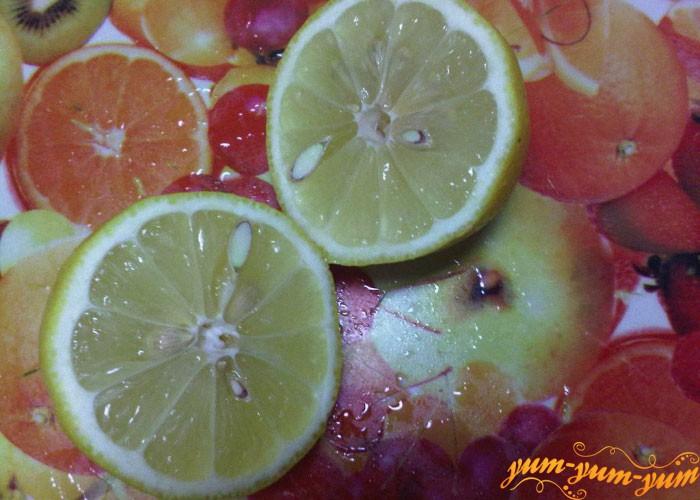 Маринуем крылышки с перцем, солью и соком лимона
