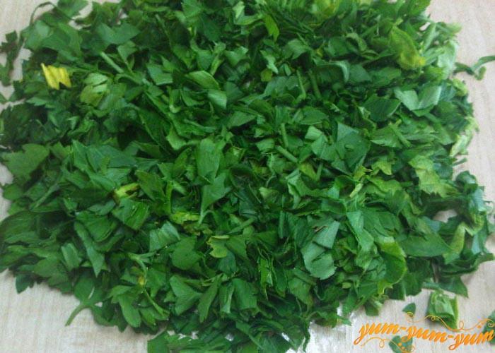 Мелко режем зелень петрушки