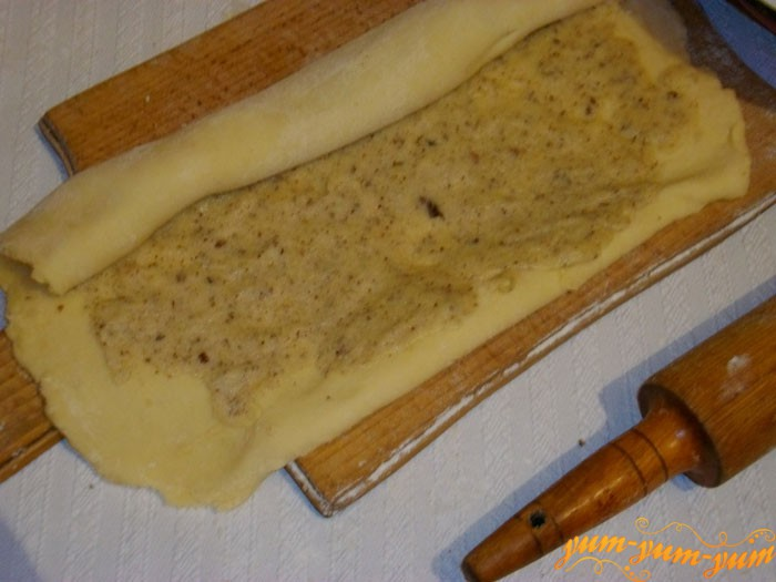 Намазываем на тесто начинку для печенья