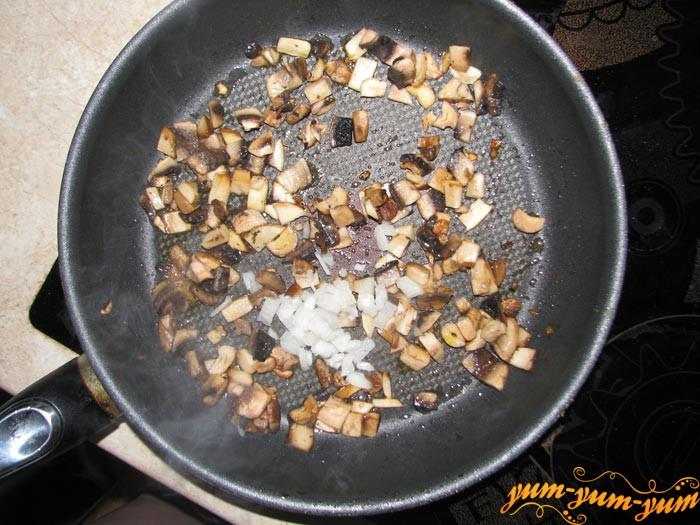 Обжариваем лук и грибы для омлета