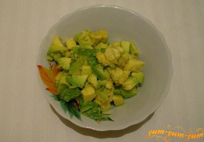 Очищаем авокадо от кожуры