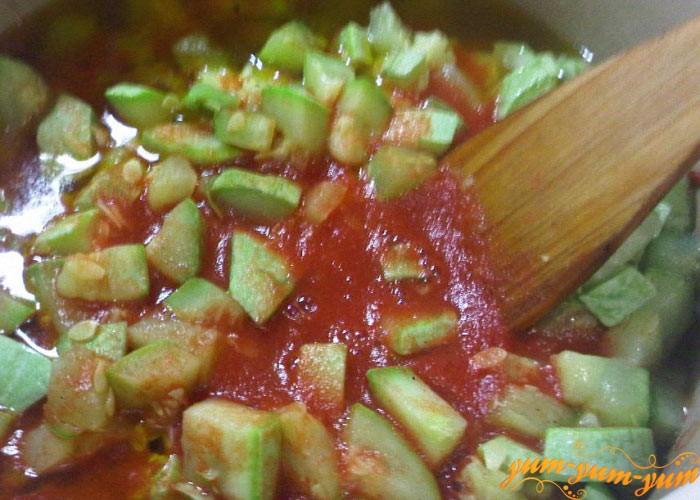 Овощи обжариваем и заливаем соком