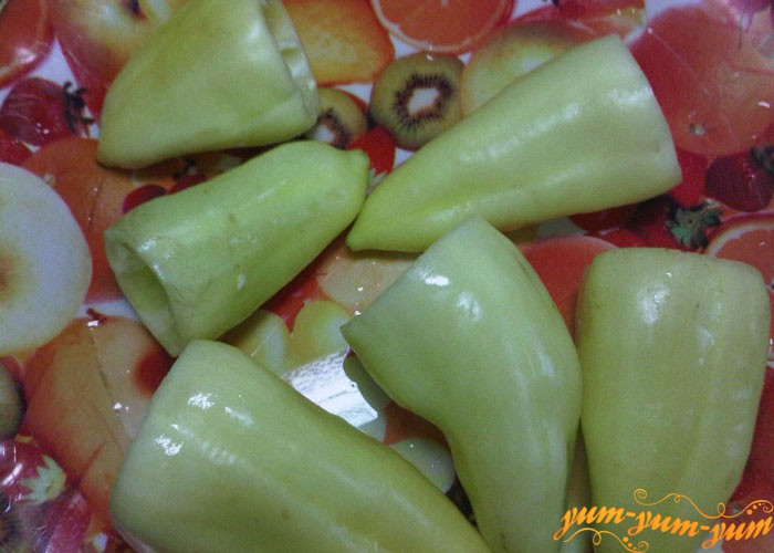 Перец очищаем от хвостиков и семян