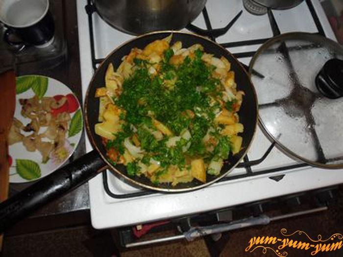 Перемешиваем лук, морковь, картошку