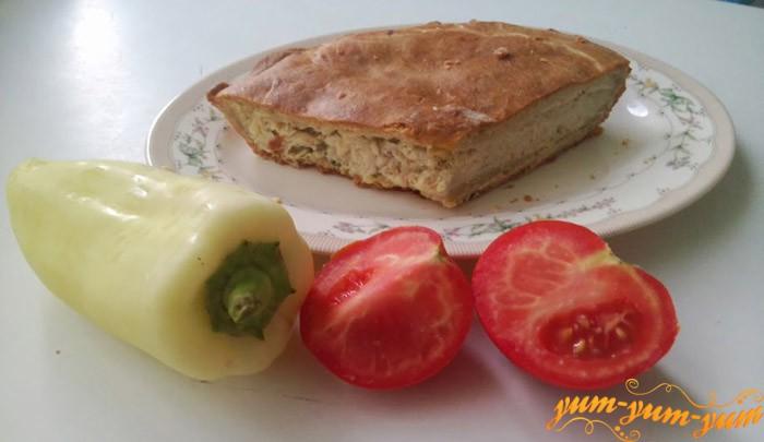 Подаем куриный пирог с помидорами и перцем