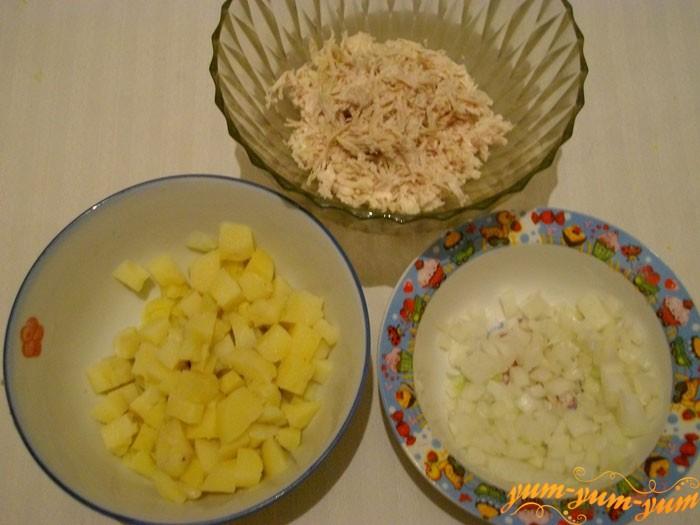 Подготавливаем курицу, картофель и лук для салата