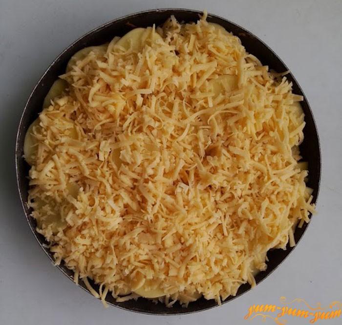 Посыпаем говядину сыром и ставим в духовку