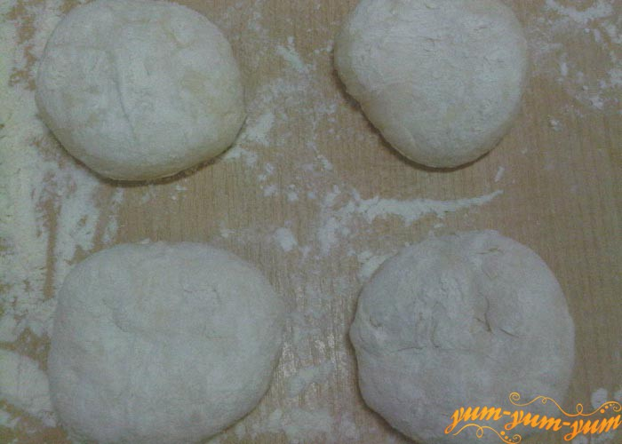 Раскатываем тесто для беляшей