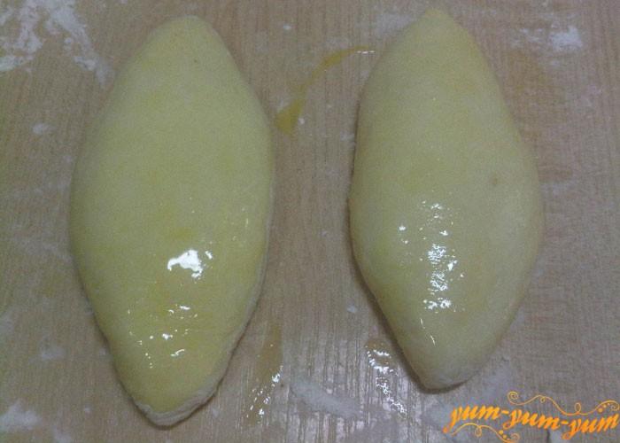 Смазываем пирожки яйцом
