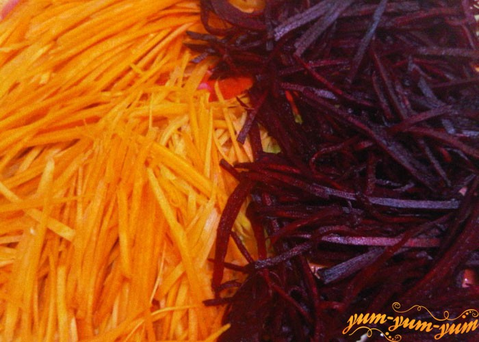 Свеклу и морковь нарезаем тонкой соломкой