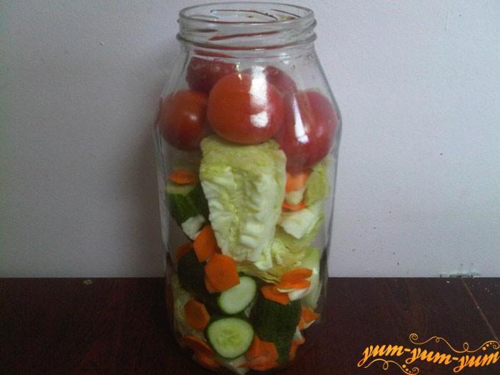 Укладываем овощи в банку