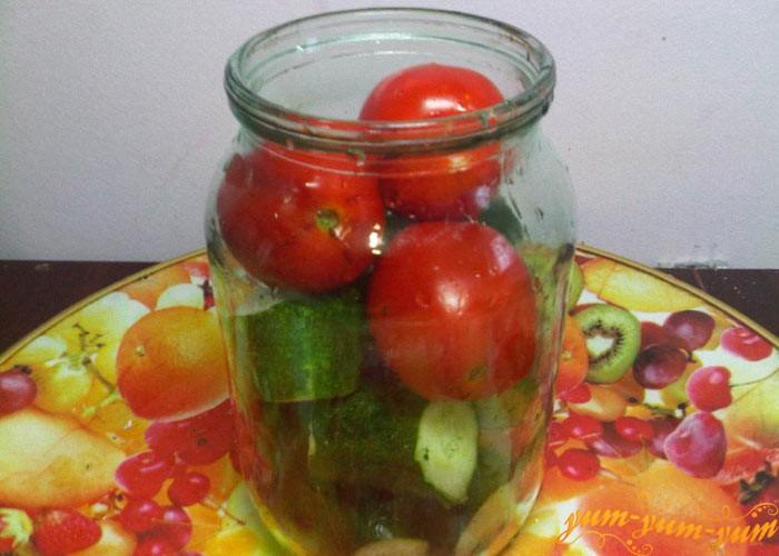 Укладываем огурцы и помидоры в банки