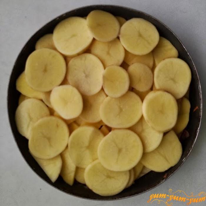 Выкладываем третий слой из картошки