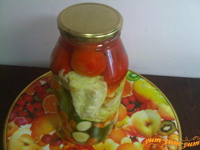 Заливаем овощи кипятком и накрываем крышкой