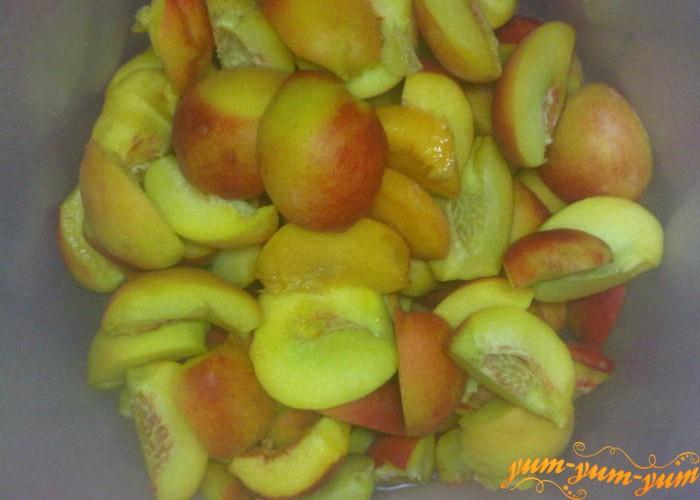 Чистим персики и отделяем косточки