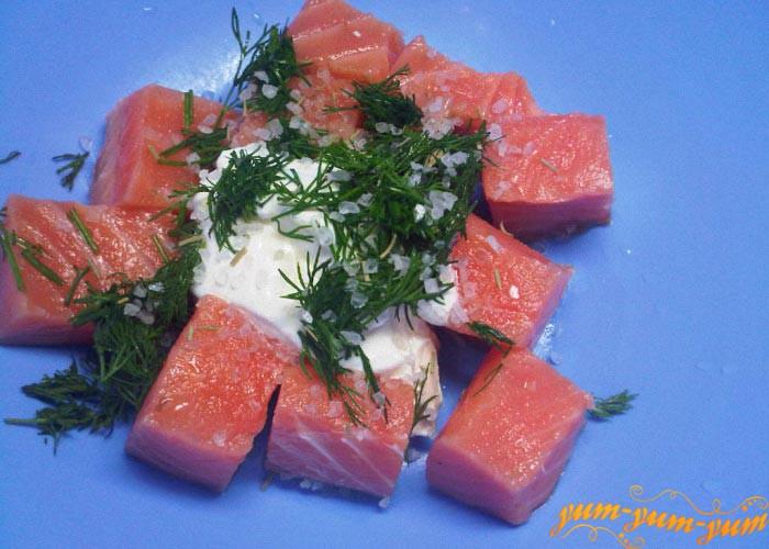 Добавим к рыбе соль и укроп