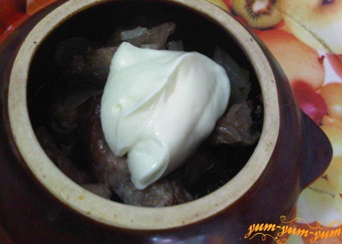 Добавляем к мясу майонез