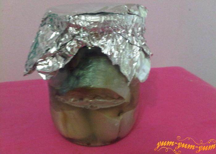 Добавляем воды в рыбу и накрываем фольгой