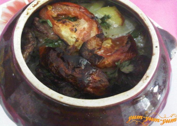 Готовое жаркое с мясом и картофелем подаем в горшочках