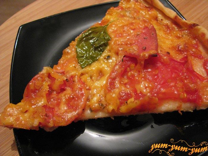 Готовую пиццу на легком слоеном тесте подаем к столу