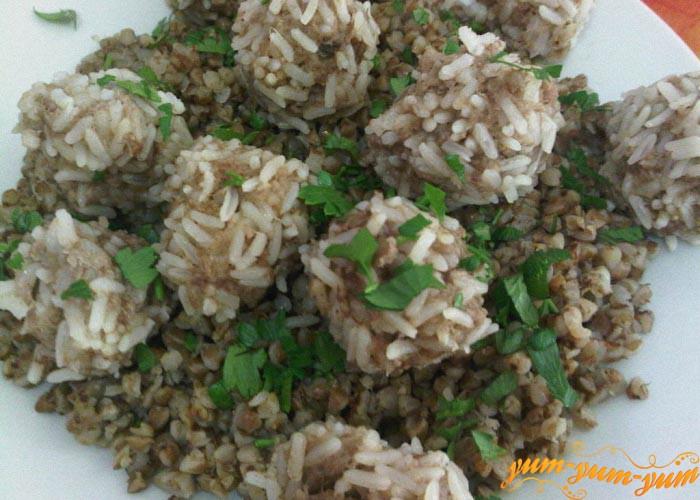 Готовые тефтели с мясом и рисом подаем к столу