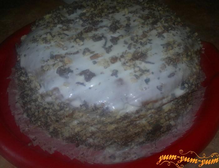 Готовый медово-ореховый торт подаем к столу