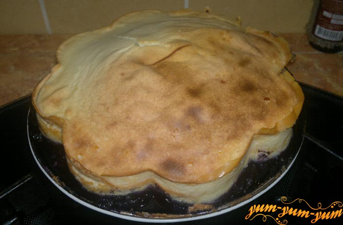 Готовый пирог с черникой и творожной шапкой подаем к столу
