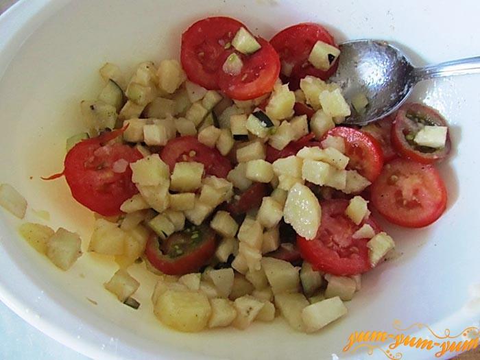 Готовый салат из баклажан и помидор подаем на стол