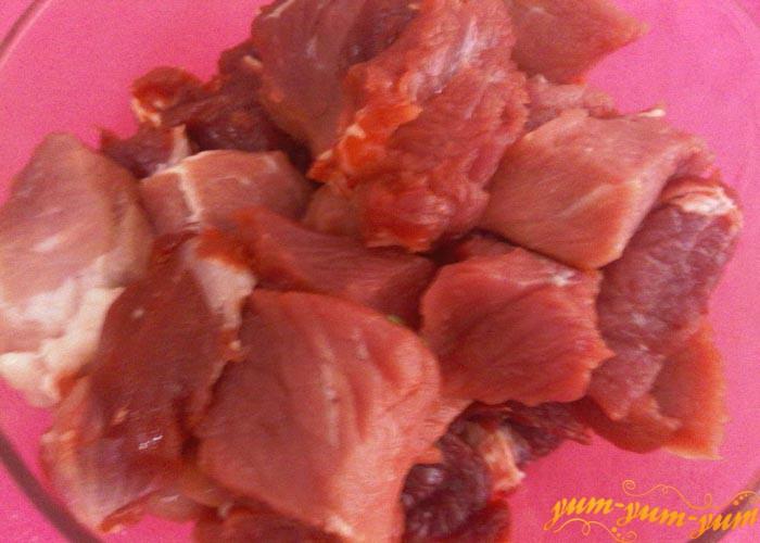 Мясо режем средними кусочками