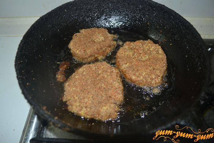 На сковороде обжариваем котлеты из чечевицы