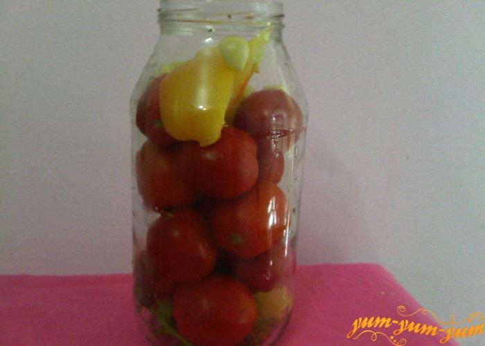 Наполняем банки помидорами и остальными овощами