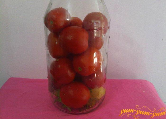 Наполняем банки помидорами