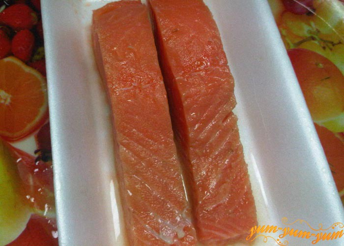 Очищаем рыбу от кожицы и косточек