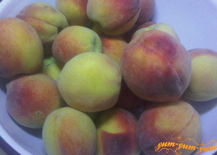 Отбираем спелые персики